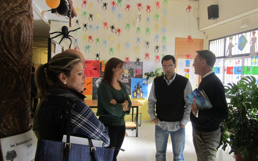 en el Instituto de su pueblo Campillo de Arenas (Jaén) con el poeta Pedro Luis Casanova, la directora del centro y la concejal de Cultura.