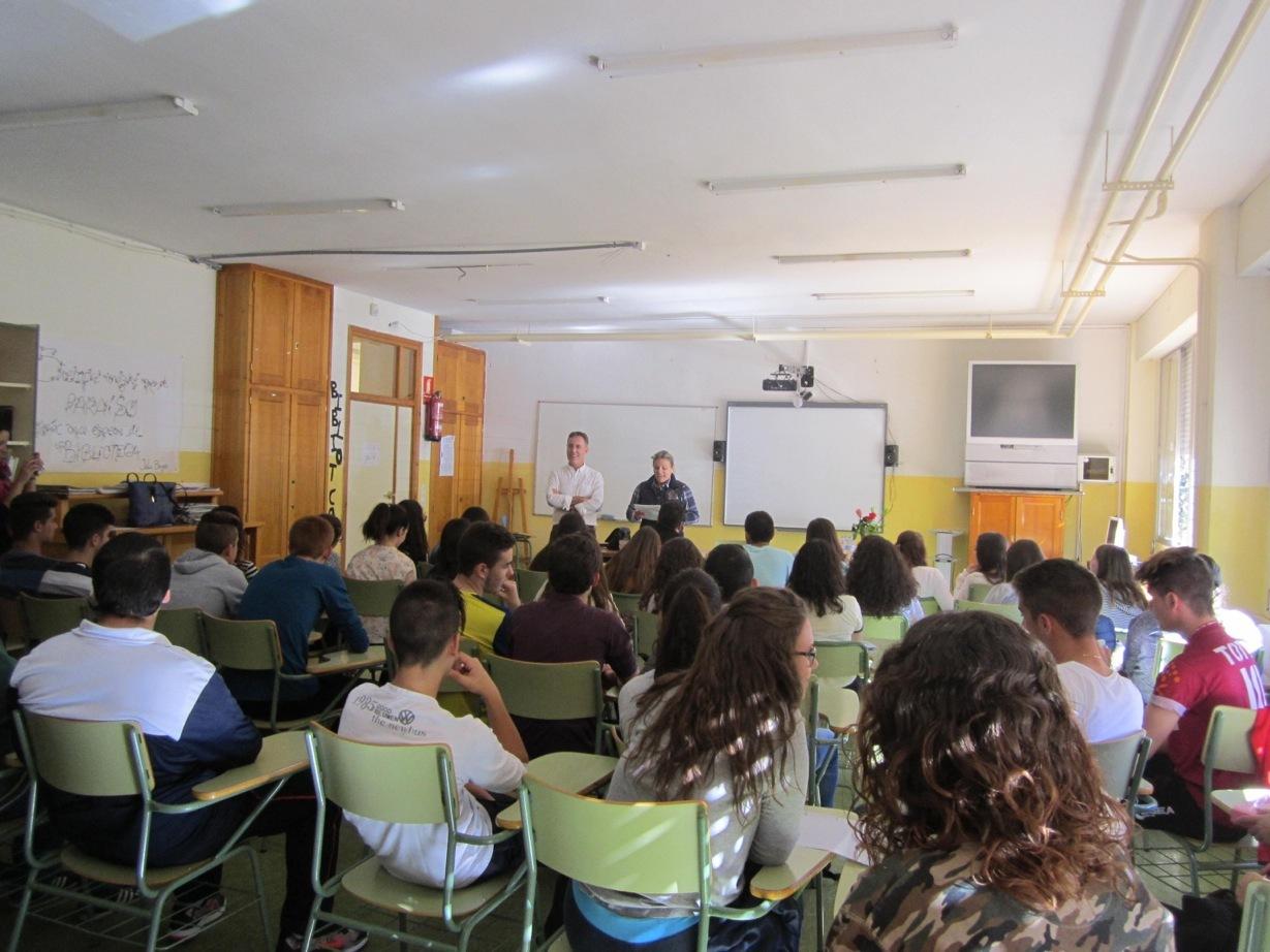 en el Instituto de su pueblo Campillo de Arenas (Jaén) con alumnos de Bachillerato.